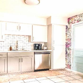 Colorful poppies in the kitchen Colorful wall decor in the kitchen? Try a removable wallpaper. Irid